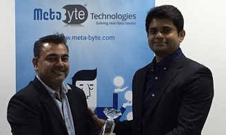 Salil Dighe, CEO at Meta Byte Technologies receiving the Award from Shankar Bhaskaran, General Manager of International Operations at MetricStream (L to R)